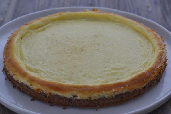 Sfornate la torta cremosa al mascarpone e fatela raffreddare.