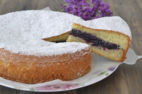 torta versata con confettura soffice