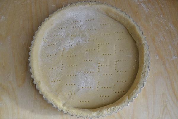 Stendete la pasta frolla e formate la base della crostata. Bucherellate il fondo con una forchetta.