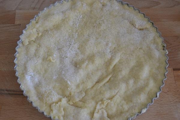 Stendete la seconda parte di pasta frolla e coprite la crostata.