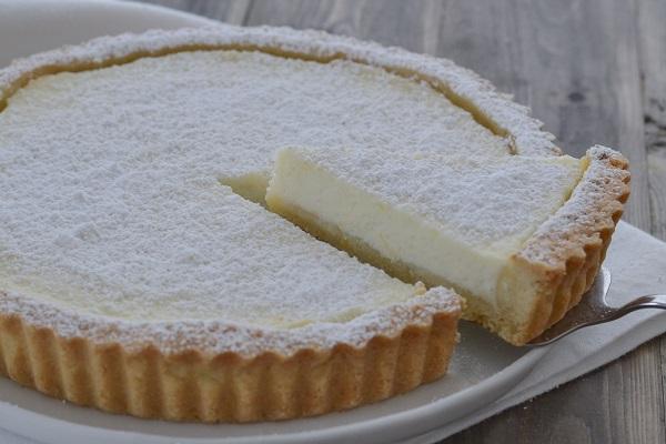 crostata di ricotta al limone servita con zucchero
