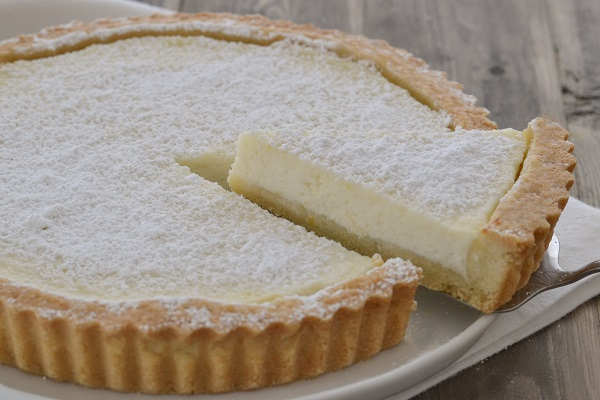 Sfornate la crostata di ricotta al limone, fate raffreddare e servite.