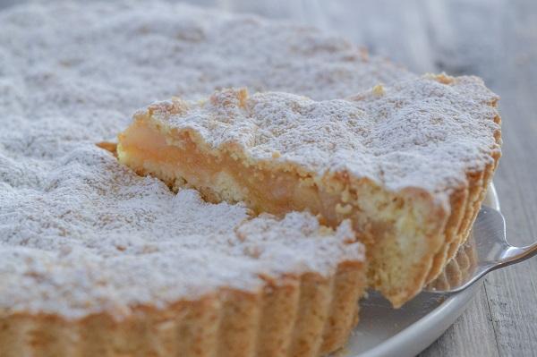 fetta di crostata di mele e pere con arancia e limone