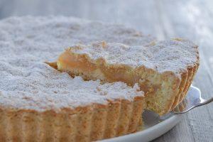 fetta di crostata di mele e pere con zucchero a velo