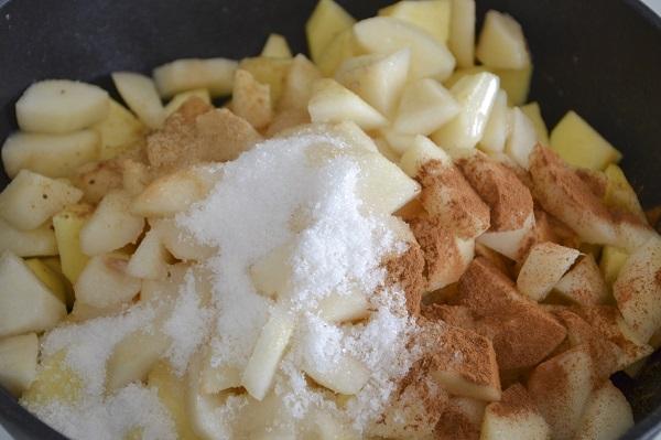 Mettete le mele e le pere in una padella con l'acqua, lo zucchero, la cannella, lo zenzero e il succo del limone.