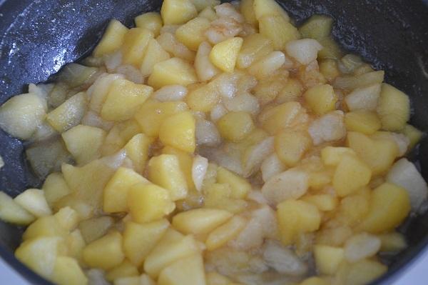Quando la frutta sarà cotta aggiungete anche la buccia grattugiata dell'arancia.