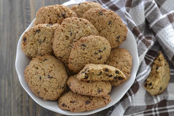 Sfornate i biscotti agli amaretti. Appena sfornati sono leggermente morbidi poi raffreddandosi diventano croccanti.