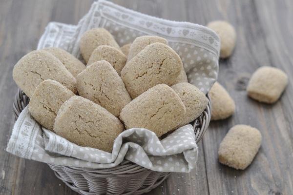 Disponete i biscotti sulla placca del forno su un foglio di carta da forno e infornate a 180° in forno statico per circa 20-25 minuti.