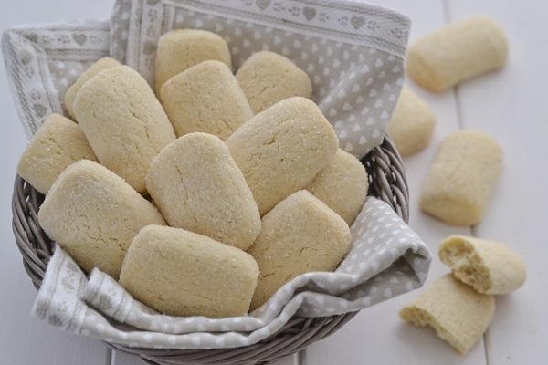 Fate raffreddare i biscotti da latte senza burro e servite.