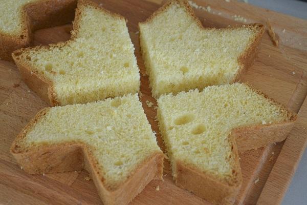 Tagliate due fette a metà e poi di nuovo a metà fino ad ottenere 4 spicchi per ogni fetta.