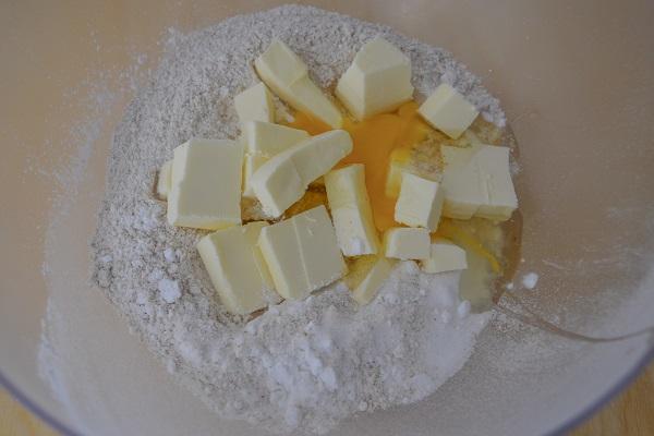 Aggiungete la fecola, il lievito, l'uovo, lo zucchero e il burro freddo di frigo tagliato a pezzetti.