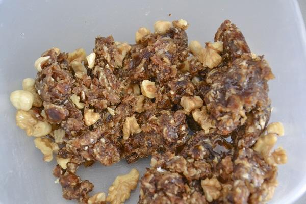 Aggiungete i gherigli di noci a pezzetti e le nocciole a metà.
