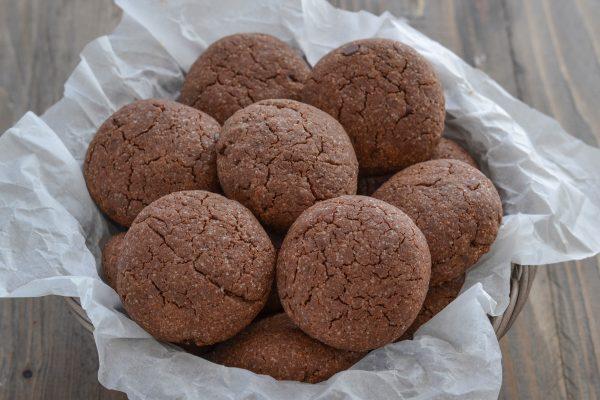biscotti al cacao con gocce di cioccolato fondente sfornati