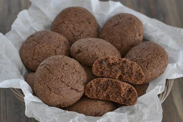 biscotti al cacao con gocce di cioccolato fondente