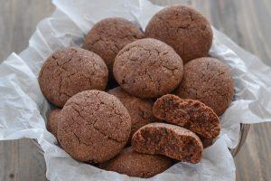 biscotti al cacao con gocce di cioccolato serviti