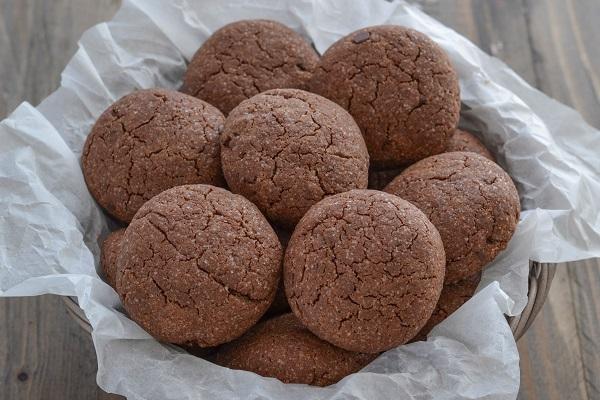 Sfornate i biscotti al cacao con gocce di cioccolato, fate raffreddare e servite.