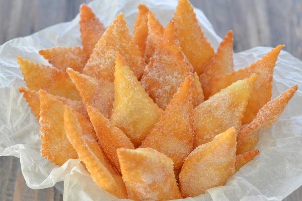 cenci toscani fritti con zucchero semolato