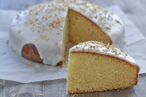 Servite la torta miele e mandorle.