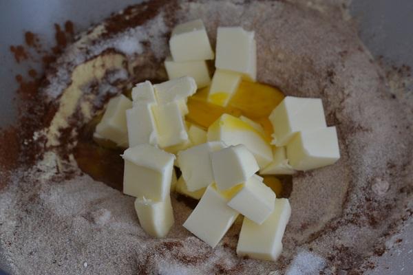 Unite l'uovo e il burro freddo di frigo a pezzetti.