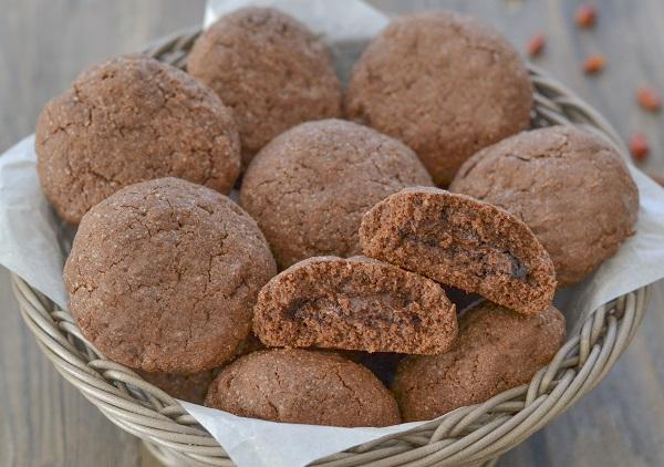 biscotti al cacao e peperoncino con crema alle nocciole friabili