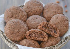 biscotti al cacao e peperoncino ripieni di crema alle nocciole