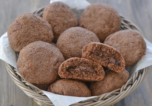 Sfornate i biscotti al cacao e peperoncino ripieni di crema alle nocciole, fate raffreddare e servite.