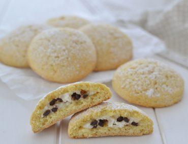 biscotti ripieni di ricotta e gocce di cioccolato fondente