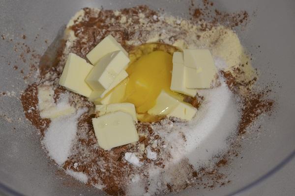 Aggiungete lo zucchero, il cacao amaro, la fecola, il burro freddo di frigo a pezzetti e l'uovo e impastate. (Volendo potete aggiungere un pizzico di peperoncino anche nell'impasto)