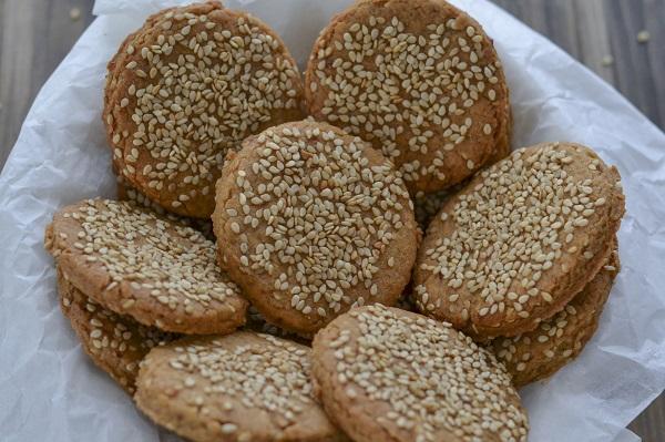 Sfornate i biscotti integrali ai ceci e sesamo, fate raffreddare e servite.