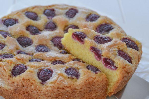 fetta di torta di ciliegie e mandorle al limone