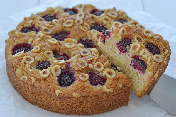 Fate raffreddare la torta nocciole e more e servite.
