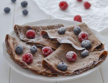 crepes al cacao con frutti di bosco e zucchero a velo