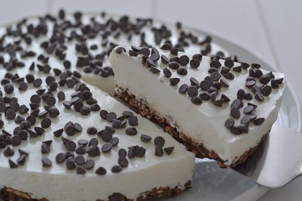 fetta di torta fredda allo yogurt greco e cioccolato