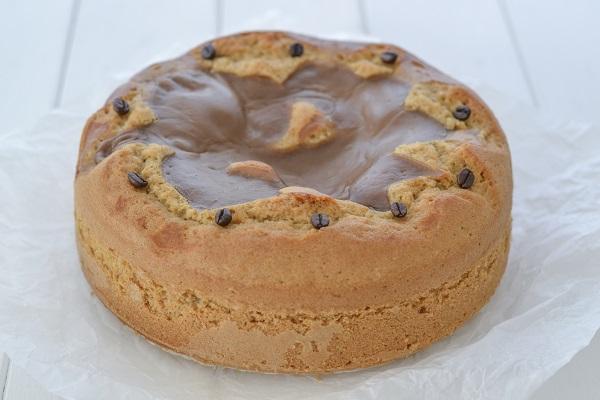 Sfornate la torta al caffè, fate raffreddare e servite.