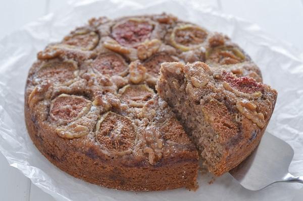 Sfornate la torta fichi e noci, fate raffreddare e servite.