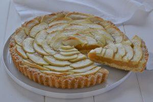 fetta di torta di mele con crema all'uva