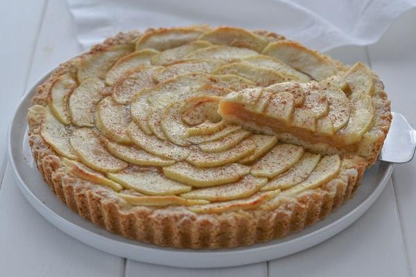 Sfornate la torta di mele e crema all'uva e fatela raffreddare completamente prima di servirla. Potete aggiungere a piacere una spolverata di cannella in superficie.