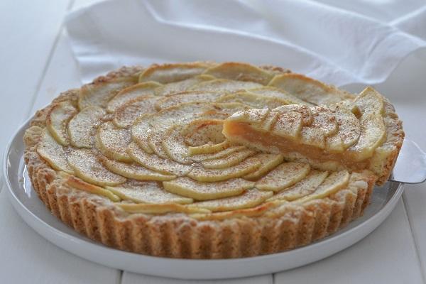 torta di mele con crema all'uva sfornata