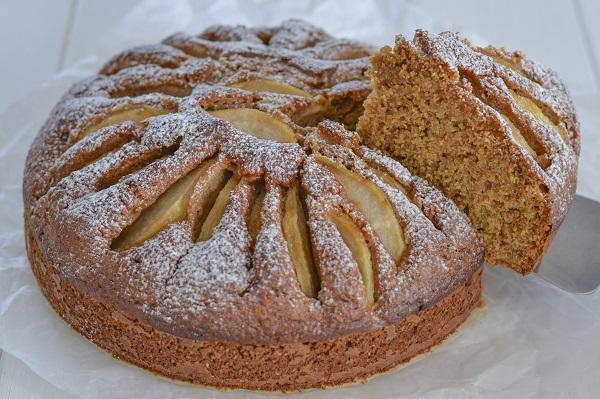 Sfornate la torta di pere con farina integrale.