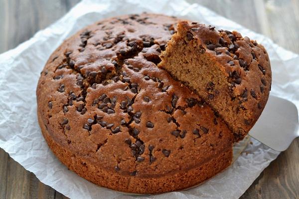 Sfornate la torta integrale con gocce di cioccolato fondente, fate raffreddare e servite.