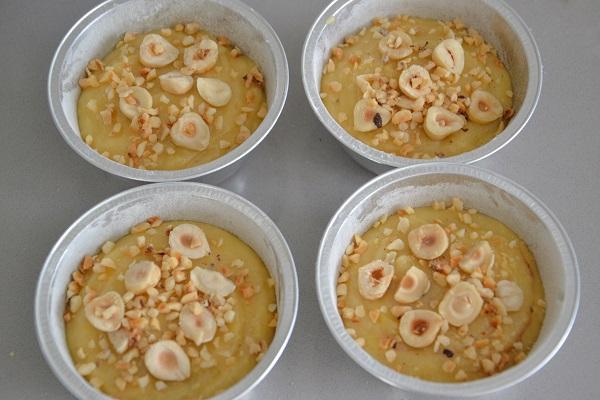 Decorate la superficie con nocciole spezzate a metà e granella di nocciole.