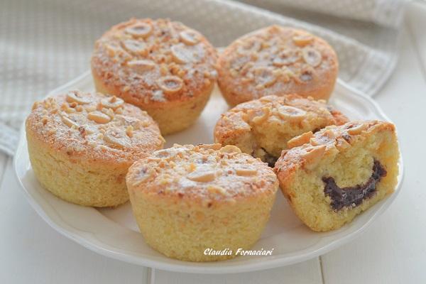 Fate raffreddare le tortine alle nocciole con confettura di more e servite.