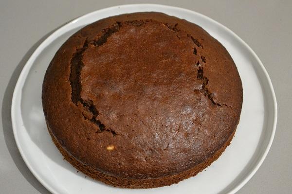 Sfornate la torta di Natale e fatela raffreddare poi rifinite con un coltello eventuali spacchi sulla superficie.