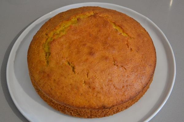 Sfornate la torta panettone e fate raffreddare. Eventualmente rifinite la superficie con un coltello se la torta si dovesse essere spaccata leggermente.