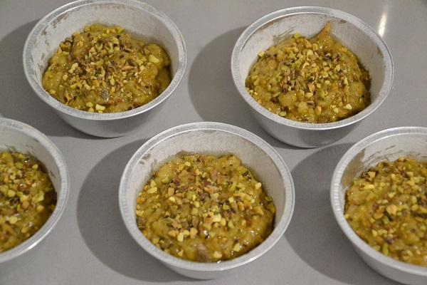 Coprite con l'impasto rimasto e decorate con la granella di pistacchio.