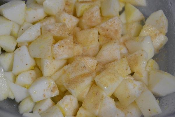 Aggiungete la buccia grattugiata di limone, il succo di limone, lo zucchero (aumentando o diminuendo la quantità in base ai vostri gusti) e lo zenzero. Tenete da parte fino al momento di preparare della crostata.