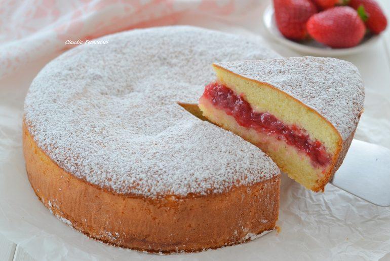 fetta di torta versata alle fragole