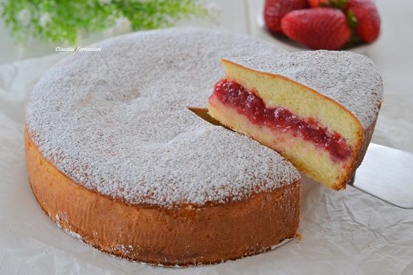 Sfornate la torta versata alle fragole, fate raffreddare e servite.