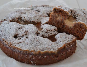 fetta di torta al cacao con crema al caffè
