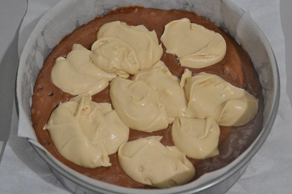 Distribuite la crema al caffè sull'impasto, nello stampo, usando un cucchiaio cercando di creare uno strato uniforme.